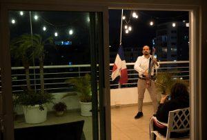 (VIDEO) Un chelo desde el balcón alienta a los dominicanos en las noches de encierro