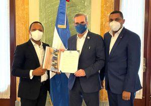 Luis Abinader recibe reconocimiento del Partido País Posible