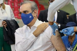 (VIDEO) Abinader recibe dosis contra el covid; anuncia el lunes arrancaría la vacunación general