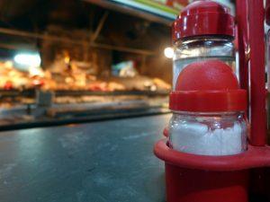 OMS quiere reducir el consumo de sal global, que duplica sus recomendaciones