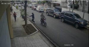 (VIDEO) Chofer choca un atracador en Gascue