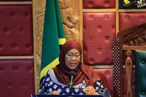 Presidenta de Tanzania usa mascarilla en público en el país por primera vez