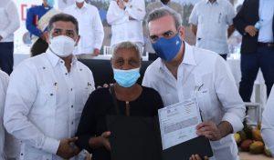 Presidente Abinader entrega títulos de propiedad a campesinos en Hato Mayor