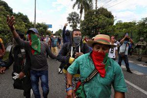 La población indígena, con su minga (marcha), ha inundado la ciudad de Cali para unirse a los manifestantes, y la guardia indígena patrulla por los barrios para evitar situaciones de desorden público o mediar en los enfrentamientos con la Policía.