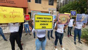 (VIDEO) Cristianos realizan vigilia en Palacio de Justicia en apoyo a la pastora Rossy y su hijo