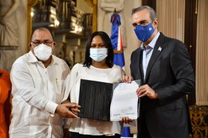 Abinader encabeza entrega de títulos propiedad; guardan silencio como tributo a Peña Gómez