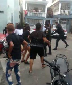 (VIDEO) Se registra enfrentamiento entre ciudadanos y policías en sector La Rigola de Puerto Plata