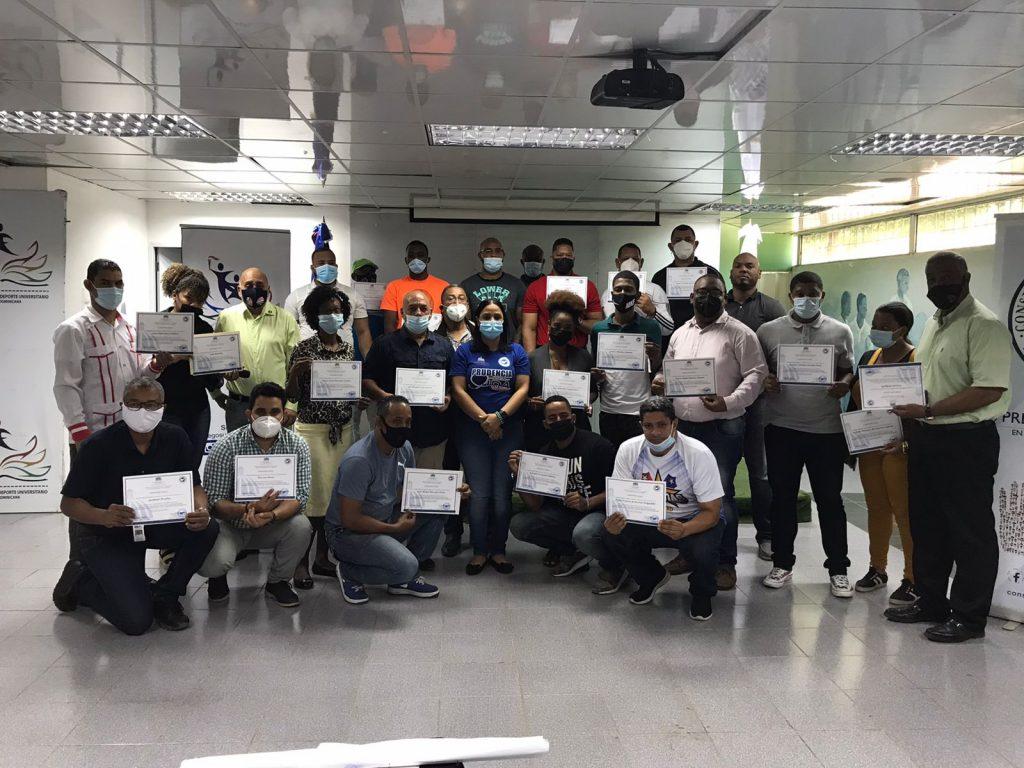 Docentes Universitarios con sus diplomas