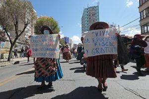 Multitudinaria marcha de padres en Bolivia pidiendo internet para sus hijos