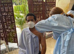 Omar Fernández recibe primera dosis de vacuna; invita al pueblo a que lo haga