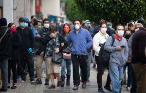 Chile suma 3.920 casos y segunda ola retrocede a tres días de megacomicios