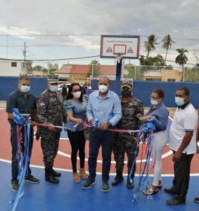 La PN y el Miderec remodelan canchade baloncesto en Villa Vásquez