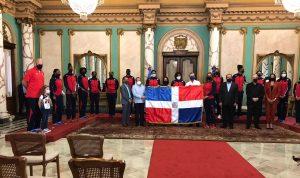 (VIDEO) Abinader entrega Bandera a las Reinas del Caribe antes de partir a Italia