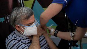 Chile roza 7.000 casos nuevos y se acerca a 50 % de población vacunada