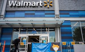 Walmart dejará de exigir en EE.UU. uso de mascarillas a vacunados