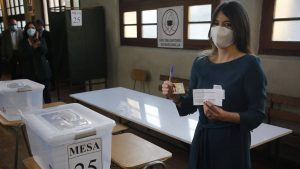 Abren los colegios electorales en históricos comicios constituyentes en Chile