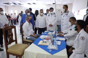 El presidente Abinader supervisa proceso vacunación en Moca y visita museo de Ramón Cáceres