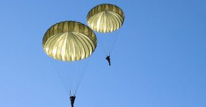 Muere un paracaidista en Florida tras chocar con otro en el aire