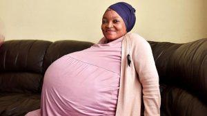 Mujer da a luz a diez bebés cuando solo esperaba ocho