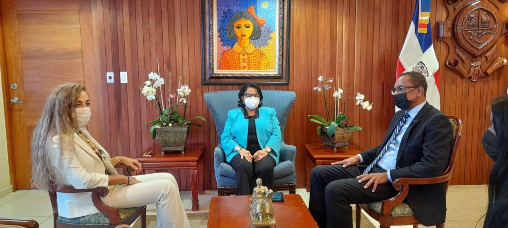 La rectora de la UASD, doctora Emma Polanco Melo, el vicerrector de Extensión, maestro Antonio Medina Calcaño y la embajadora Yeᶊim Kebapcioǧlu