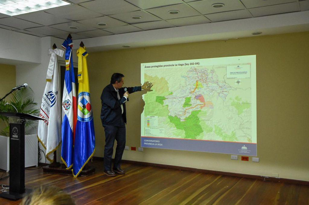 Ministro de Medio Ambiente se reúne con sectores sociales de La Vega