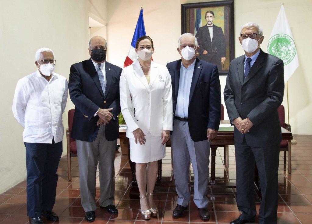 Miembros ADH y Julia Castillo, esposa del Dr. Wilfredo Lozano