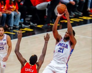 Embiid vuelve a mostrar su grandeza y los 76ers toman el comando en su serie ante los Hawks