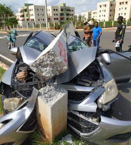 (VIDEO) Mujer pierde control de vehículo e impacta con poste del tendido eléctrico
