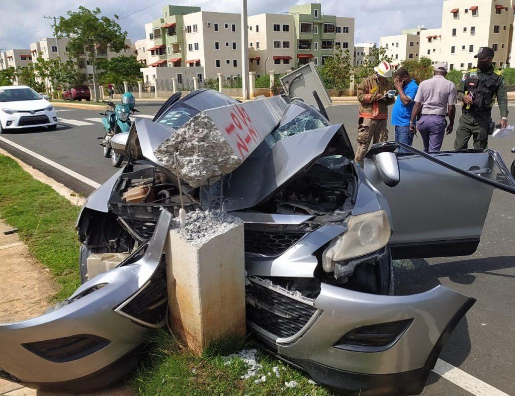 Mujer pierda el control de su vehículo e impacta con un poste del tendido eléctrico