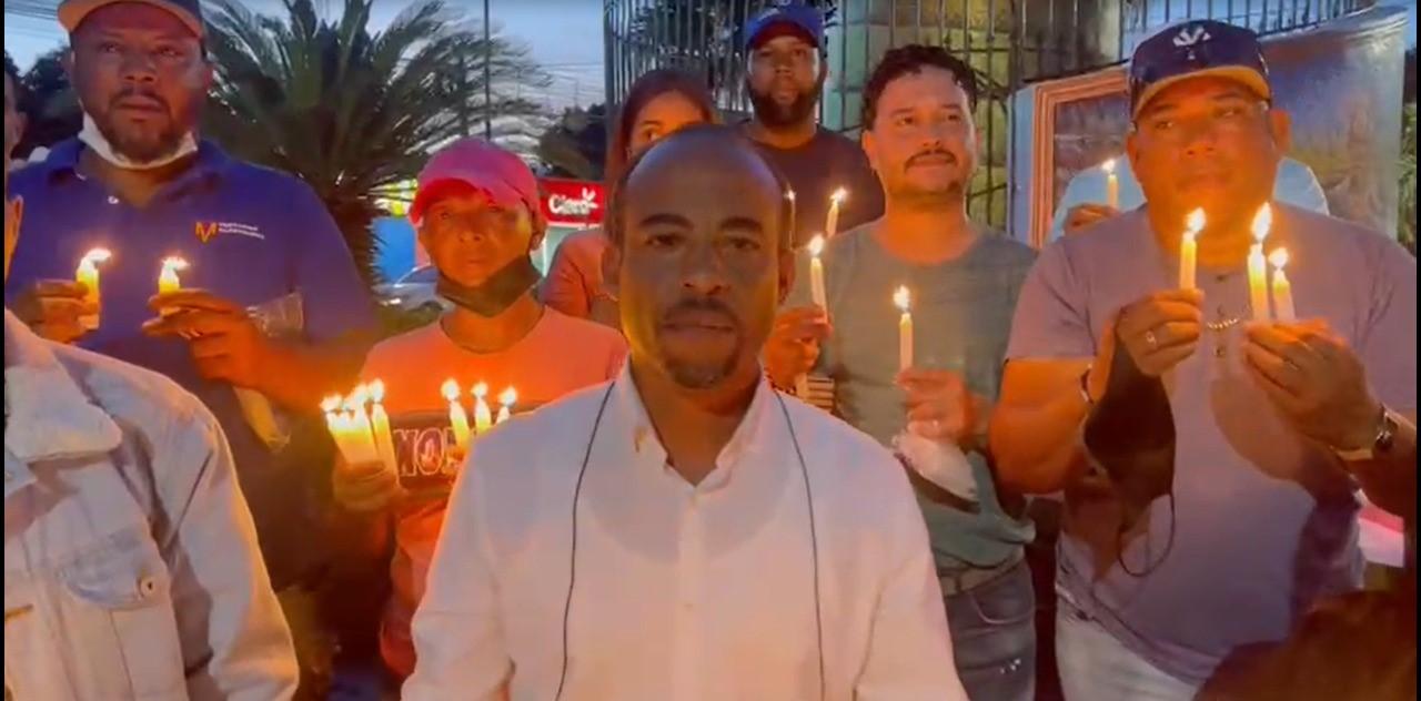 VIDEO) Protestan con encendido de velas y velones en Bonao en apoyo exadministrador de la Lotería