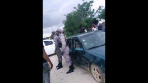 (VIDEO) Multitud le quita un hombre detenido a policías en Los Llanos, San Pedro de Macorís