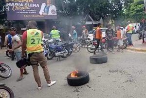"Motociclistas protestan en calles Imbert contra ""multas abusivas"" de la DIGESETT"