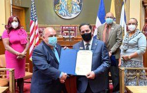Cónsul Jáquez recibe proclama de la ciudad de Newark en Nueva Jersey