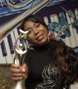 Cantante cristiana Isabelle Valdez gana estatuilla en Premios Soberano