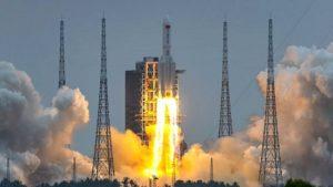 Despega con éxito la nave que llevará a tres astronautas chinos al espacio