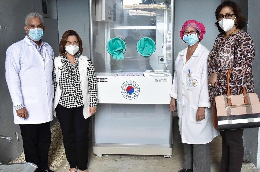 Adekoica realiza donación rampa de rehabilitación, medicamentos y equipo tecnológico