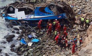 Sube a 27 el número de muertos en la caída de autobús por precipicio de Perú
