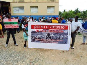 Marchan y protestan contra instalación de vertedero en sector Villa Liberación, SDE