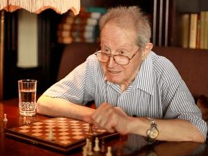El ajedrecista y Gran Maestro ruso Yuri Averbaj, hospitalizado con covid-19
