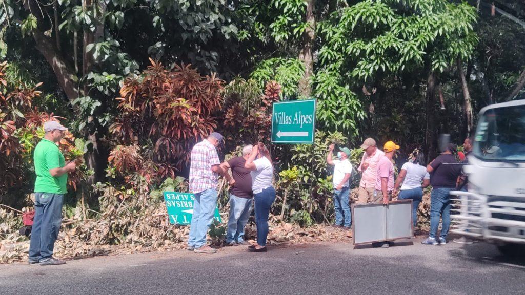 Medio Ambiente desmonta letreros de la entrada principal a Jarabacoa
