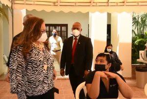 Rosa Santos abre centro de vacunación en gobernación de Santiago