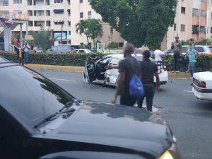 (VIDEO) Varios vehículos chocan en la avenida Quinto Centenario
