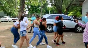 (VIDEO) Detenidos por fiesta en motel de Santiago alegan no violaban toque de queda