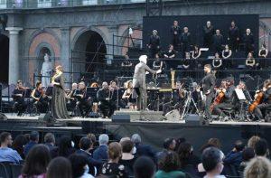"""""""Carmen"""" ante el volcán: La ópera vibra en las noches de estío napolitano"""