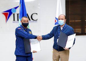 IDAC firma acuerdo con CESAC y le dona 200 baterías para su radiocomunicación