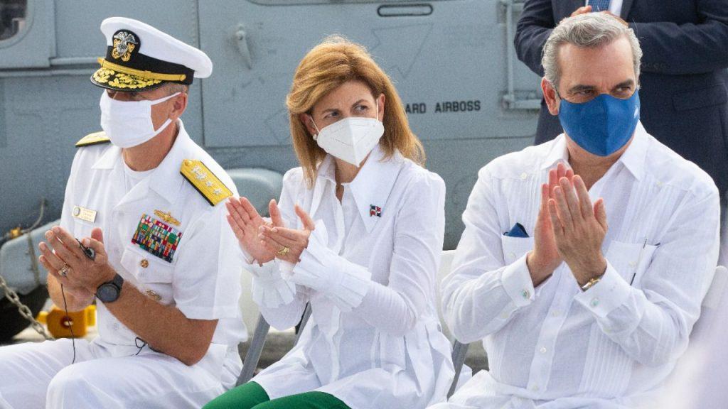 Autoridades visitando el Buque USS Billings Armada de los Estados Unidos.
