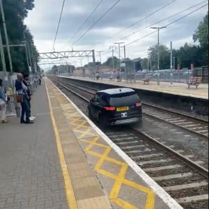 (VIDEO) Un conductor roba vehículo y huye velozmente por las vías del tren