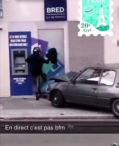 (VIDEO) ¡Robo fallido! Dos hombres destruyeron su carro intentando penetrar a un cajero