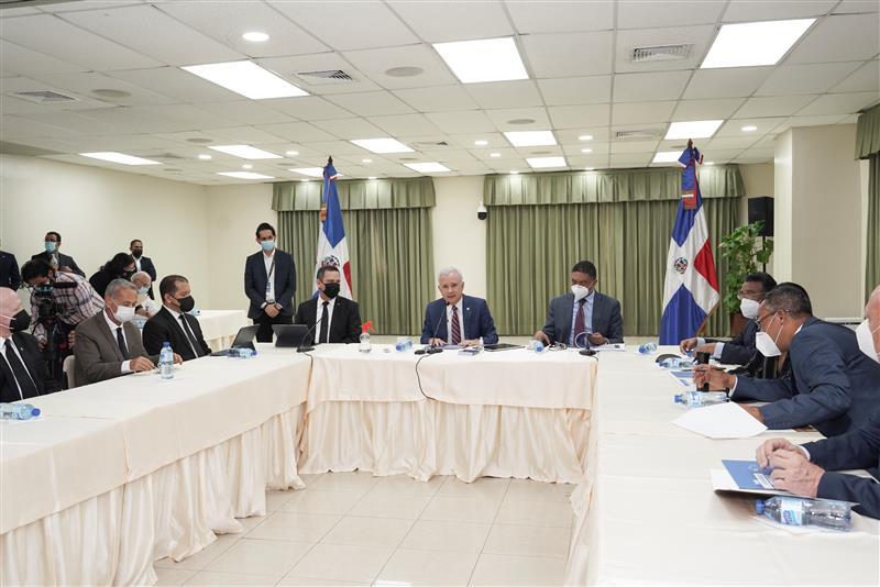 Fotografía de la reunión de la comisión con el presidente de la Suprema Corte de justicia, Luis Henry Molina. (Fuente externa)