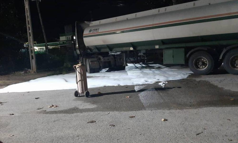 Los vecinos fueron evacuados en previsión de que pudiera surgir alguna explosión durante el drenado de la gasolina por el alcantarillado. (Fuente externa)